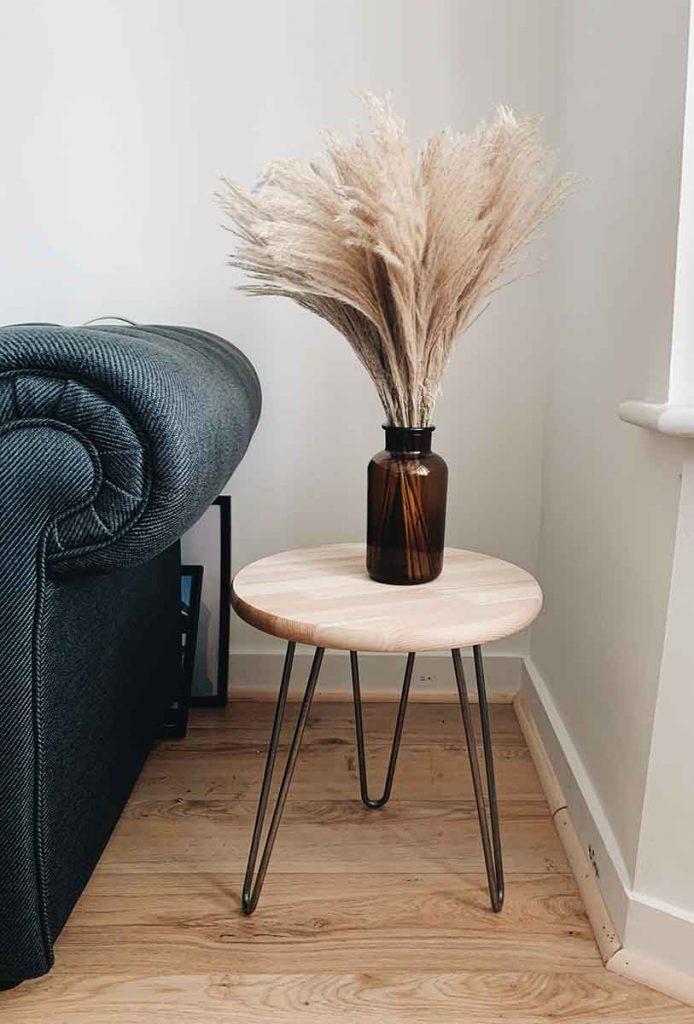 L'herbe de pampa en déco dans un vase sur une table