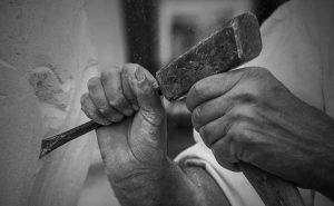 Un tailleur de pierre en action