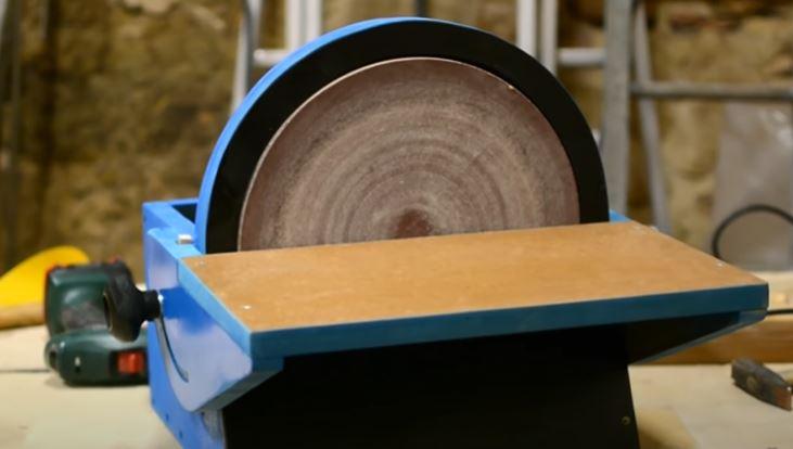 Une meuleuse et ponceuse utilisé par un lapidaire
