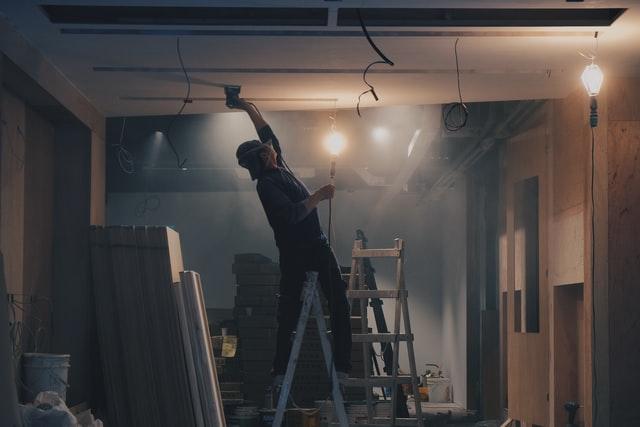 un plaquiste sur un chantier