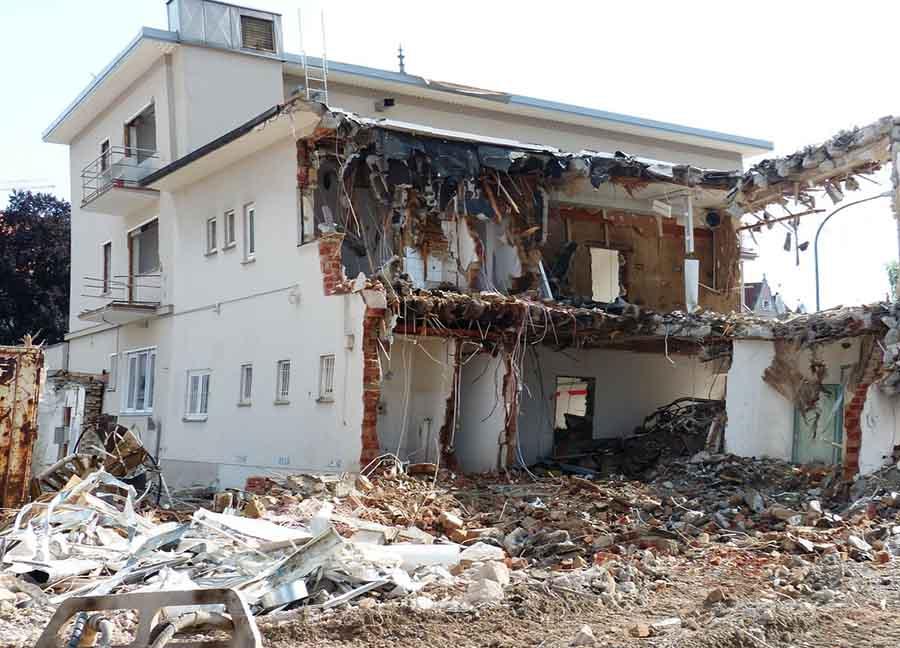 Photo d'une maison en cours de démolition