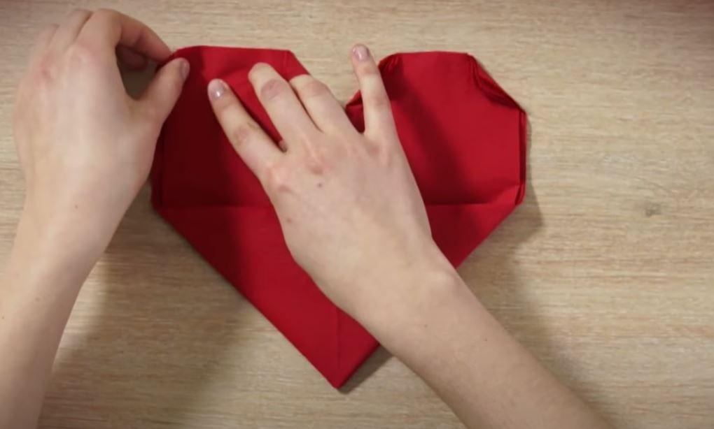 Une serviette pliée en cœur